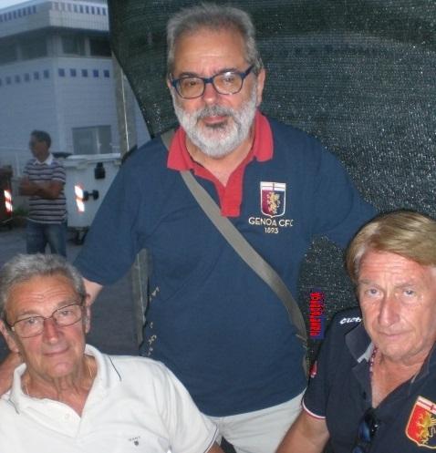 Il presidente del Genoa Club Ronco Scrivia, Franco Martini, tra Franco Rivara e Sidio Corradi (foto Pianetagenoa1893.net)