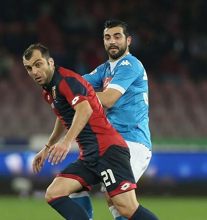Raul Albiol (R) of Napoli contrasta Goran Pandev (Foto Maurizio Lagana/Getty Images)