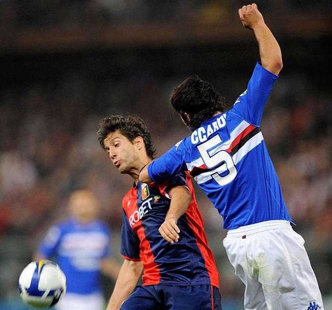 Derby 3 maggio 2009: Sculli lotta per il pallone contro Accardi (Foto New Press/Getty Images)