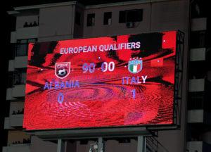 Il tabellone dello stadio di Scutari (Foto Claudio Villa/Getty Images)
