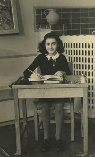 Anna Frank (foto Website Anne Frank Stichting, Amsterdam/Wikipedia)