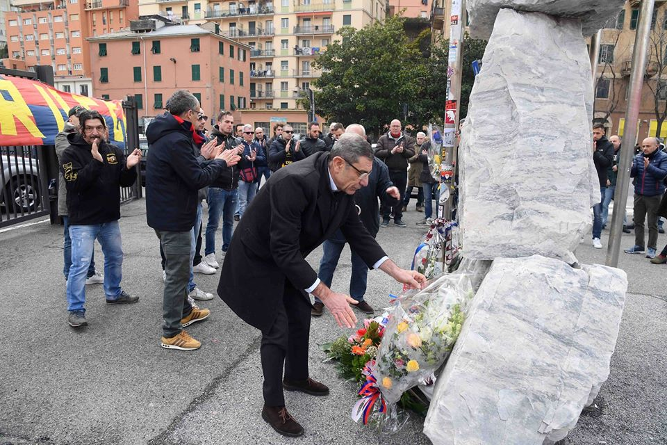 Il vicepresidente del Genoa Blondet pone un mazzo di fiori (Foto Genoa cfc Tanopress)