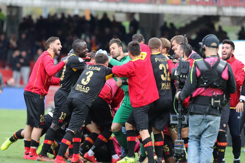 Il portiere del Benevento Brognoli festeggiato dopo il 2-2 segnato al Milan (Foto Maurizio Lagana/Getty Images)