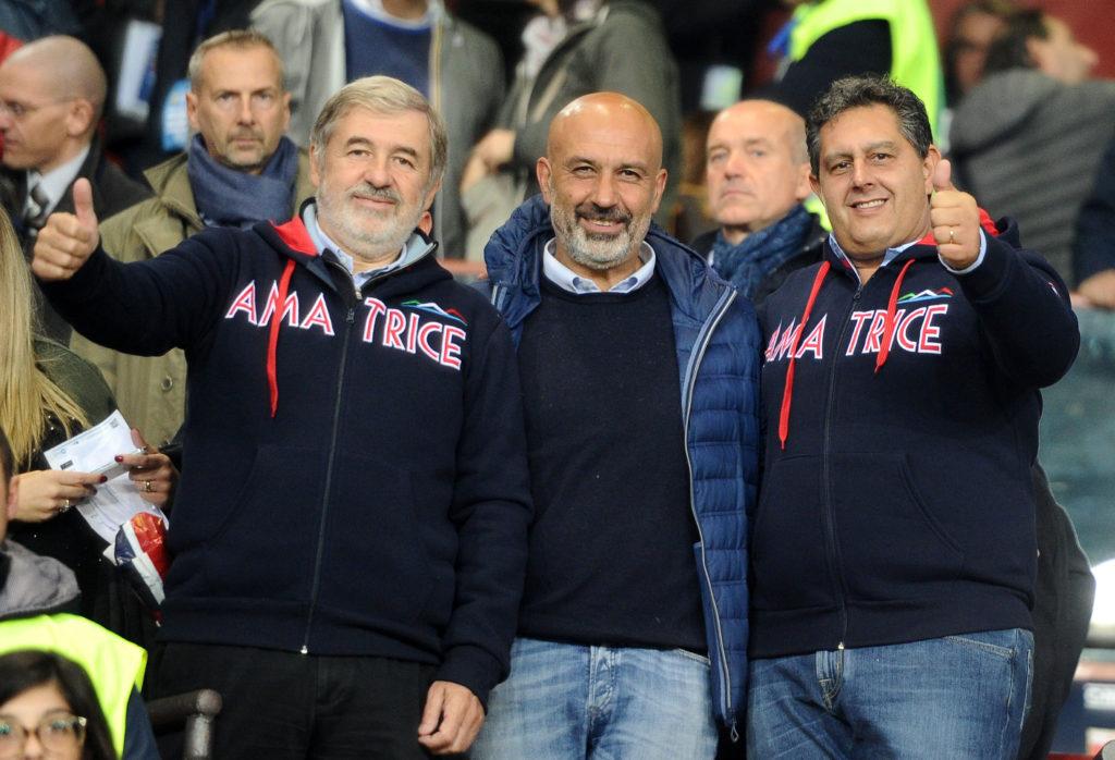 Marco Bucci (a sinistra), sindaco di Genoa, Sergio Pirozzi  sindaco di Amatrice, e il Presidente dellla Regione Liguria Giovanni Toti durante il derby (Foto Paolo Rattini/Getty Images)