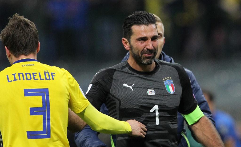 Gianluigi Buffon in lacrime dopo l'eliminazione dell'Italia dalla fase finale dei Mondiali (Foto Marco Luzzani/Getty Images)