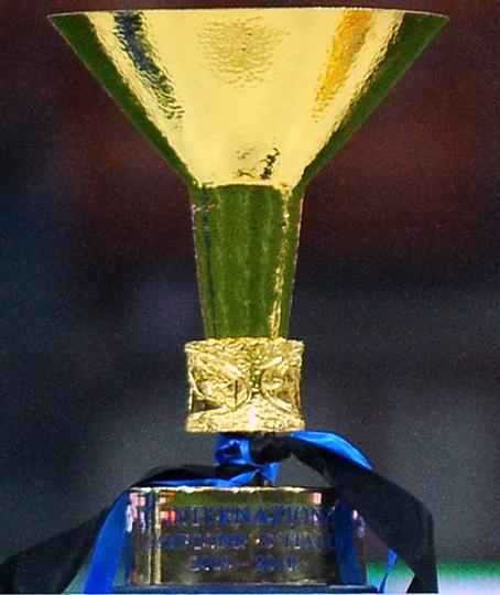 La Coppa Scudetto ideata nel 1961 e attualmente assegnata al vincitore del campionato di calcio (Foto Valerio Pennicino/Getty Images)