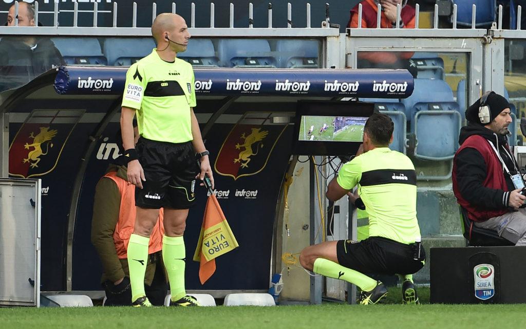 Giacomelli esamina il VAR per decidere l'espulsione di De Rossi e il rigore per il Genoa (foto Paolo Rattini/Getty Images)