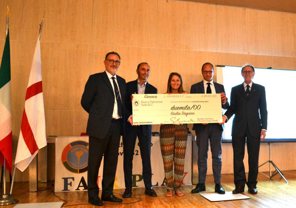 Giulia Dagnino (al centro) riceve dall presidente Giorgio Guerello il premio del Panathlon Club Genova