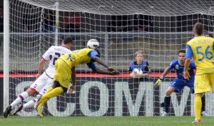 Marco Borriello segna il gol vittoria per il Genoa contro il Chievo Verona 28 Aprile 2013 (foto Dino Panato/Getty Images)