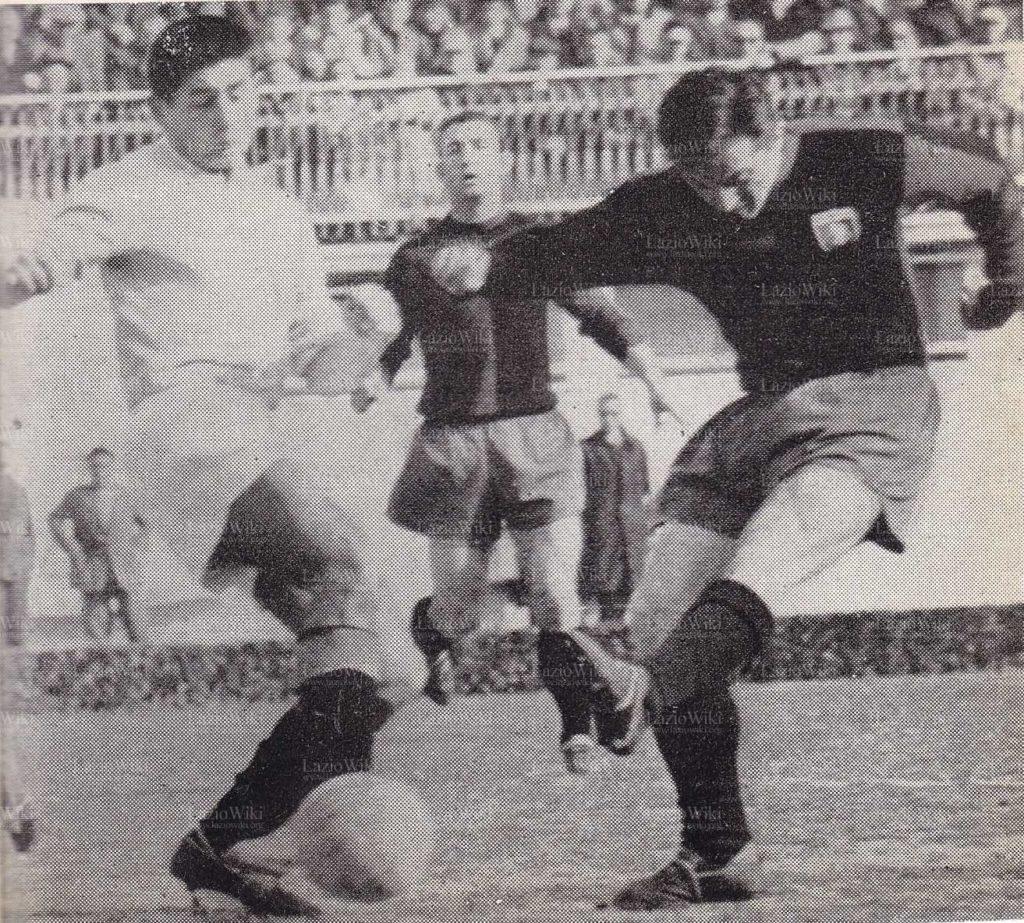 Zanetti contende la palla a Bean durante Lazio-Genoa 0-0 del 18 marzo 1962 (Foto da laziowiki.org)