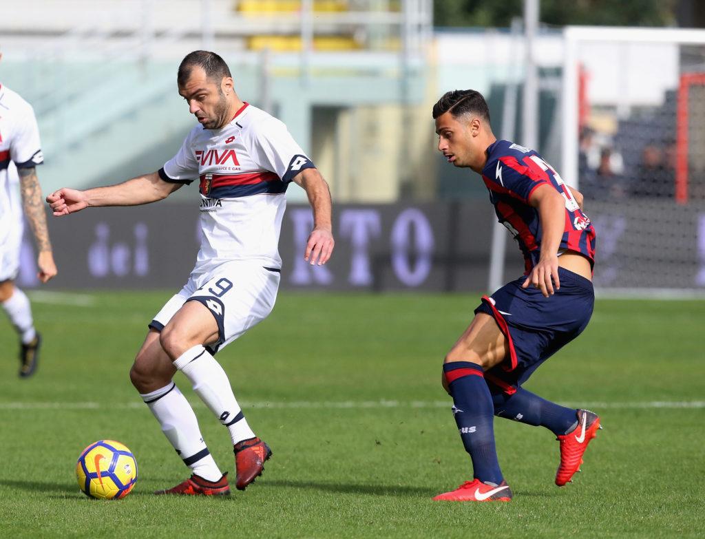 Pandev controlla la palla guardato da Mandragora (Foto Maurizio Lagana/Getty Images)