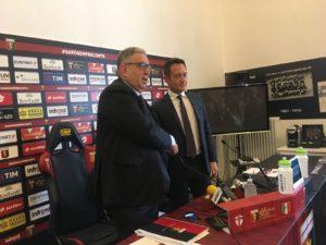 La stretta di mano di Perinetti e Zarbano durante la presentazione (Foto Beppe Nuti)