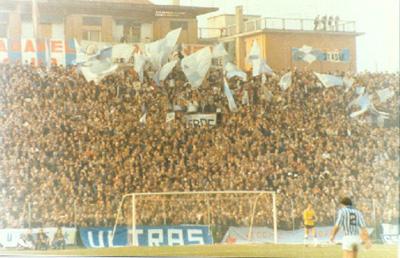 I tifosi della Spal durante la partita col Genoa nel febbraio 1976 (Wikipedia)