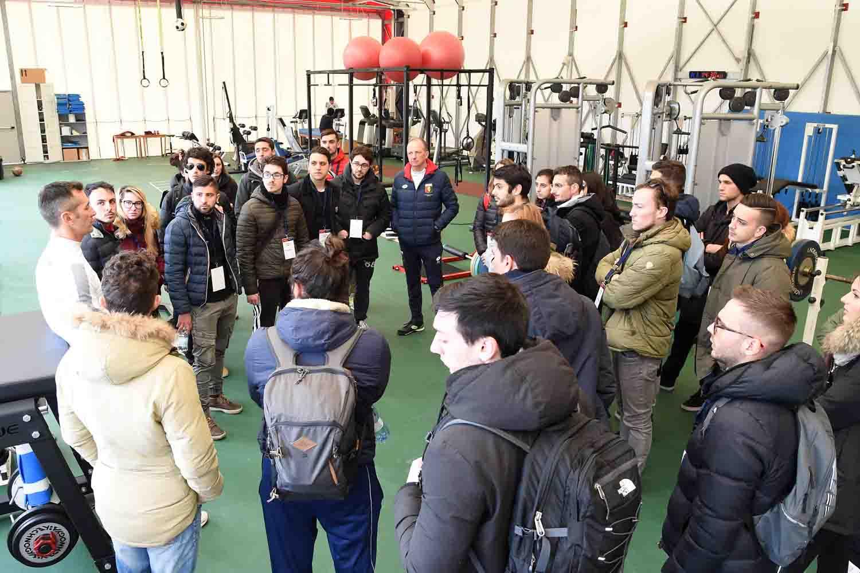 Paolo Barbero con gli studenti di Scienze Motorie (Foto Genoa cfc Tanopress cfc)