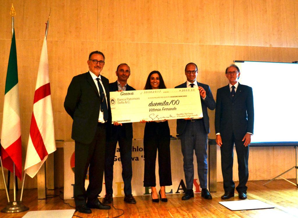 Vittoria Ferrando (al centro) riceve dal presidente Giorgio Guerello (a sinistra) il premio del Panathlon Club Genova