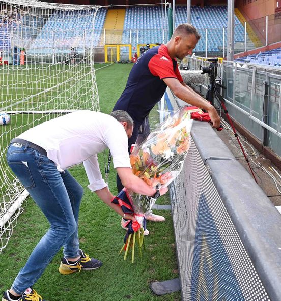 Tribute from Genoa to Scotto: Criscito has positioned a bouquet of flowers underneath the north
